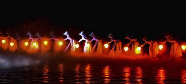 hàng trăm cô gái mặc áo dài múa với đèn lồng