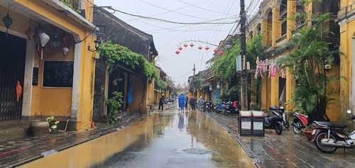 tình hình bão lũ hội an - vệ sinh đường phố