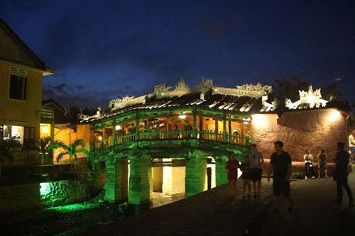 chùa cầu về đêm 2