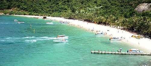 bãi ông, một trong các bãi biển đẹp có nhiều hoạt động du lịch